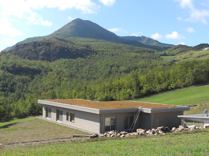 Galleria foto esterni case in legno produttore hirsiset for Piani casa linea tetto singolo